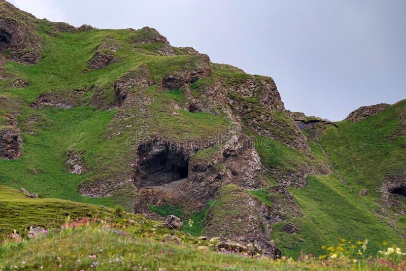 Vista da caverna pequena da montanha em montanhas verdes no verão fotos de stock royalty free