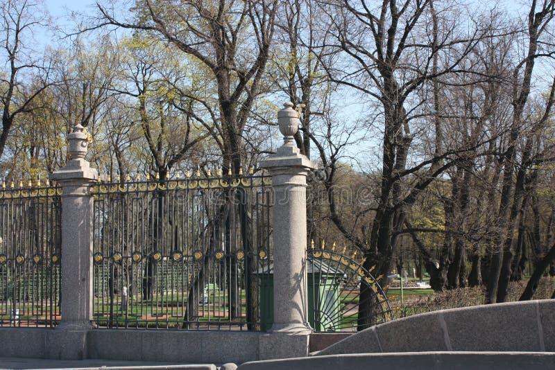 Vista da cerca do parque com decorações imagens de stock royalty free