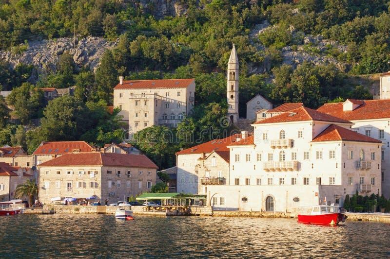 Vista da cidade antiga de Perast do mar no dia de verão ensolarado Montenegro, baía de Kotor imagem de stock