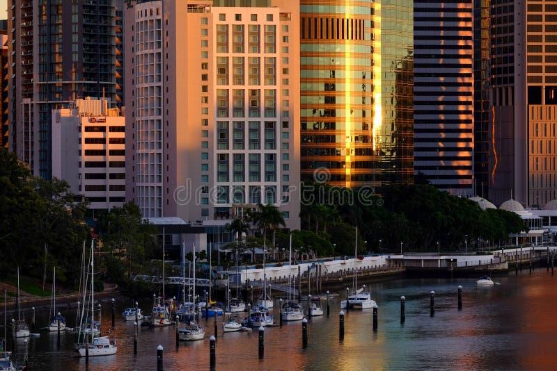Vista da cidade CBD de Brisbane com rio e barcos de Brisbane imagens de stock