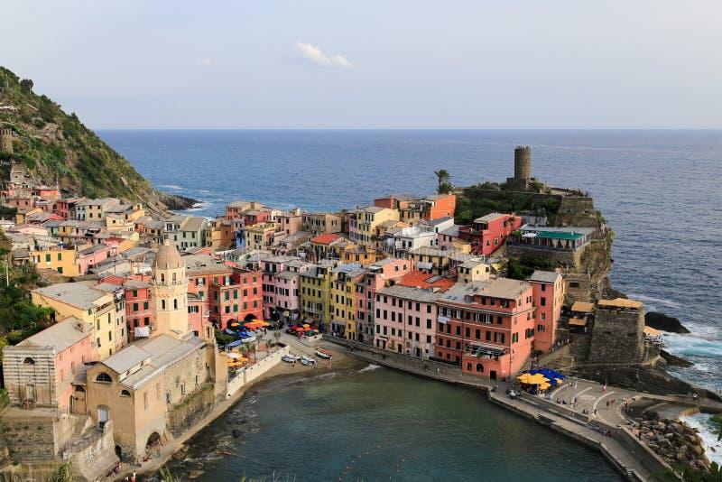 Vista da cidade colorida de Vernazza com o mar atr?s Cinque Terre, Liguria, turista carreg da balsa de Italy fotos de stock royalty free