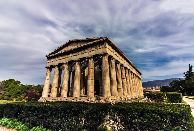 vista da cidade da construção velha do curso do céu do templo de Atenas foto de stock royalty free