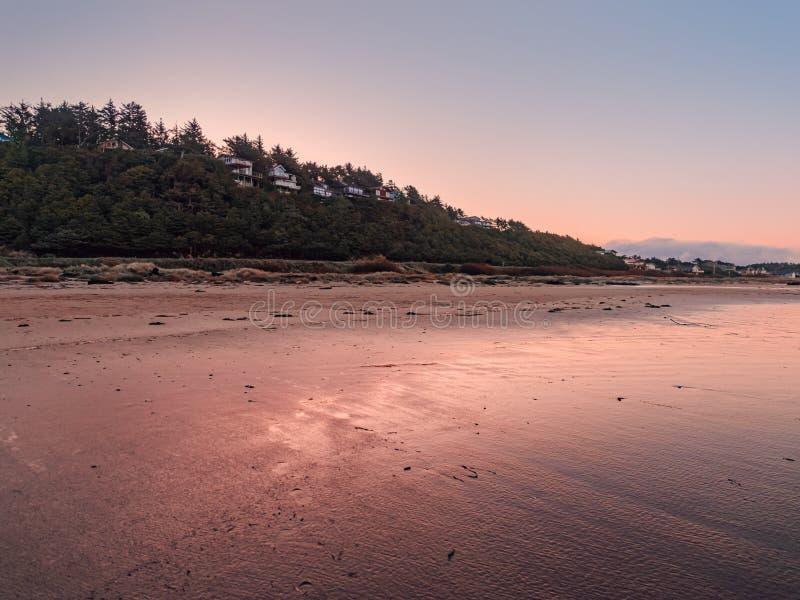 Vista da cidade costeira no amanhecer imagens de stock