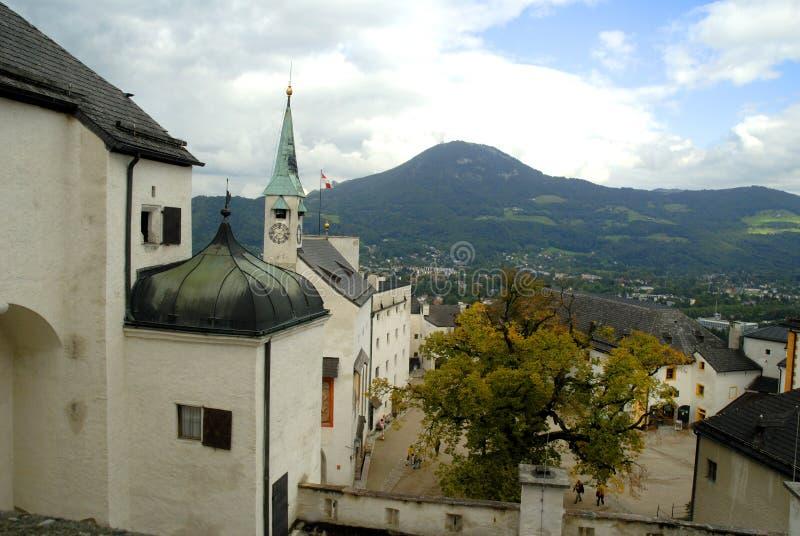 A vista da cidade da fortaleza de Hohensalzburg, Salzburg é a fortaleza a mais completa dos tempos medievais deixados em Europa fotos de stock royalty free
