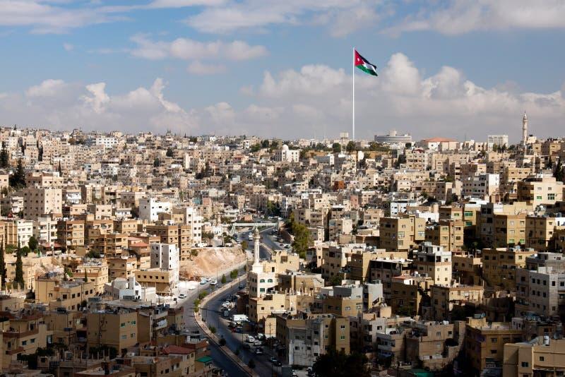 Vista da cidade de Amman com bandeiras jordanas fotos de stock