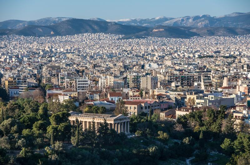 Vista da cidade de Atenas com o templo de Hephaestus do hil da acrópole imagem de stock