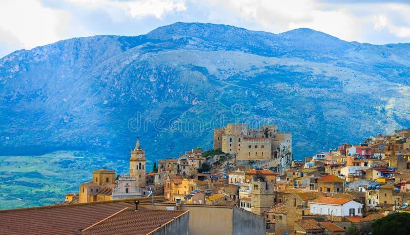 Vista da cidade de Caccamo no monte com fundo das montanhas fotografia de stock royalty free