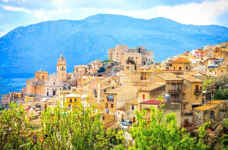 Vista da cidade de Caccamo no monte com fundo das montanhas no dia nebuloso em Sicília imagens de stock royalty free