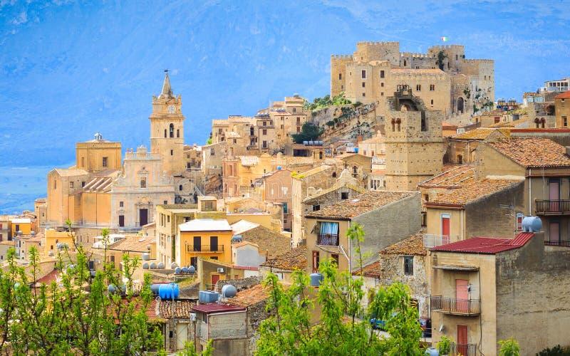 Vista da cidade de Caccamo no monte com fundo das montanhas no dia nebuloso em Sicília fotografia de stock