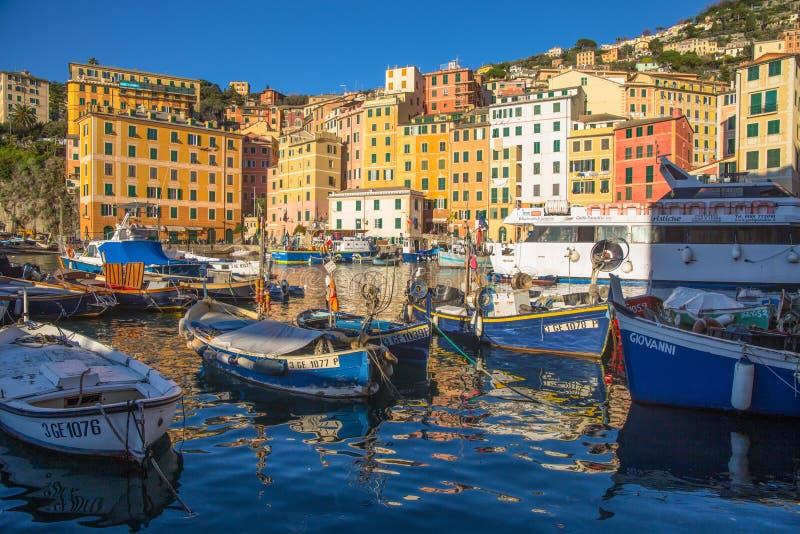 Vista da cidade de Camogli, Genoa Province, Liguria, costa mediterrânea, Itália imagem de stock