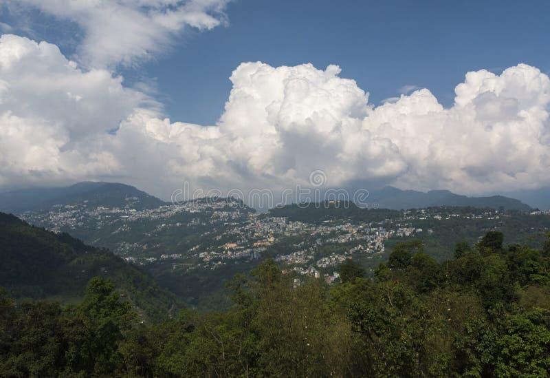 Vista da cidade de Gangtok do monast?rio de Rumtek, Sikkim, ?ndia fotografia de stock
