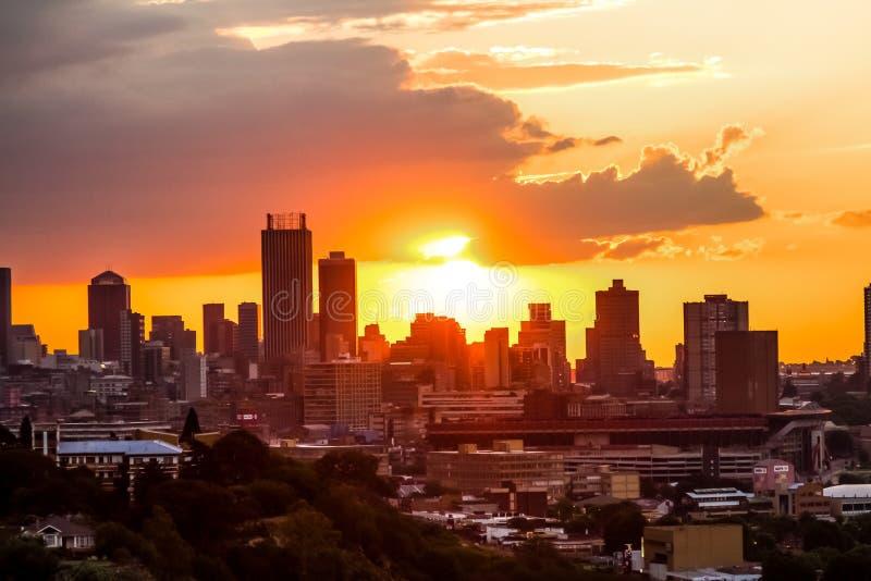 Vista da cidade de Joanesburgo no por do sol imagem de stock