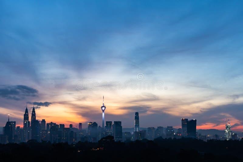 Vista da cidade de Kuala Lumpur durante a hora azul foto de stock