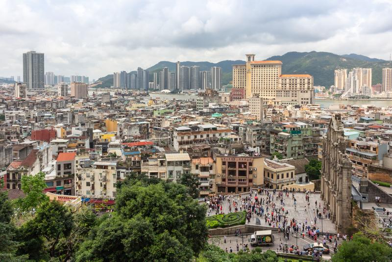 Vista da cidade de Macau e ruínas de St Paul da fortaleza da montagem imagens de stock royalty free