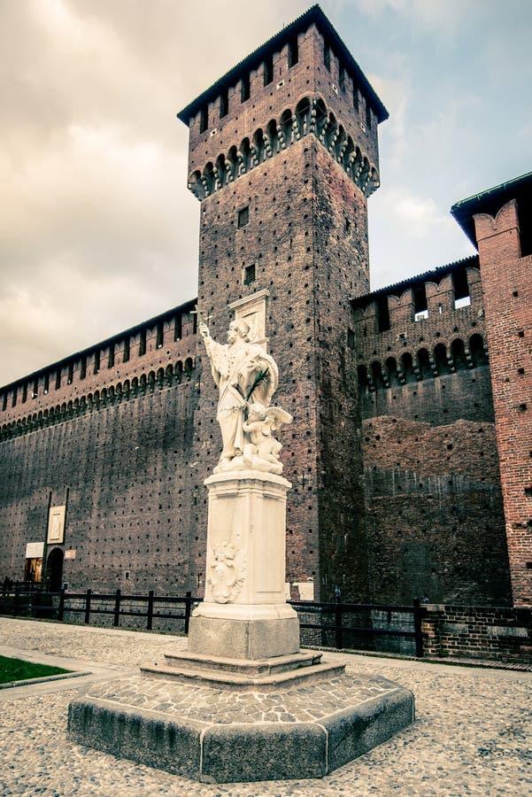 Vista da cidade de Milão do castelo de Sforza no crepúsculo foto de stock