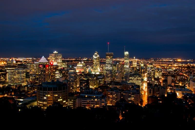 Vista da cidade de Montreal na noite da parte superior da montagem real fotos de stock royalty free