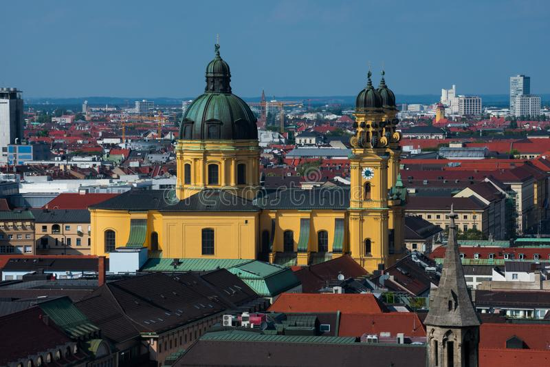 Vista da cidade de Munich e da igreja de Theatinerkirche Theatine foto de stock royalty free