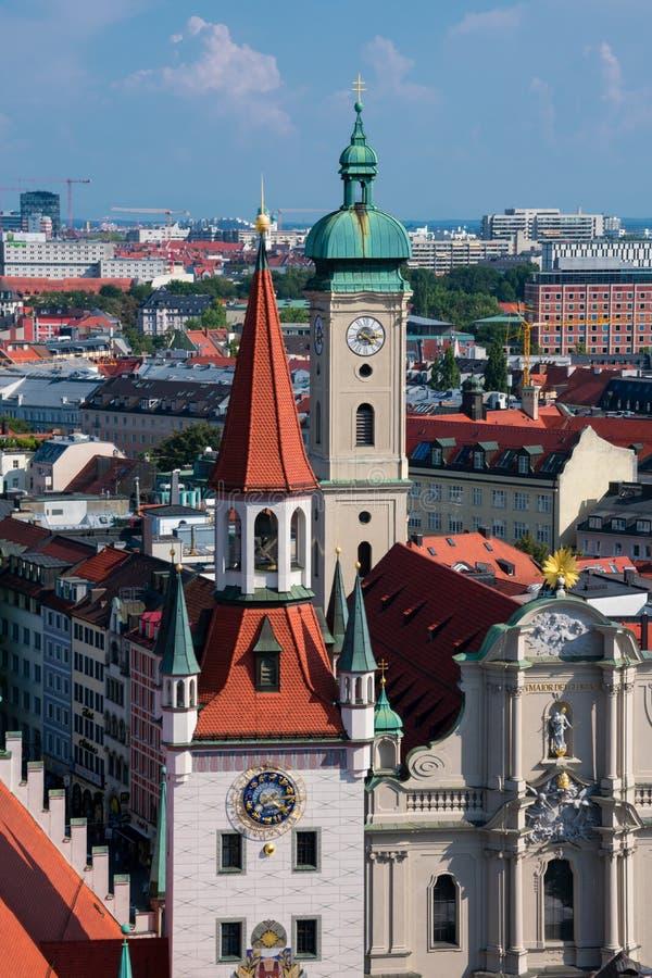 Vista da cidade de Munich, da igreja de Heilig Geist Kirche do Espírito Santo e da cidade velha Hall Altes Rathaus fotos de stock royalty free