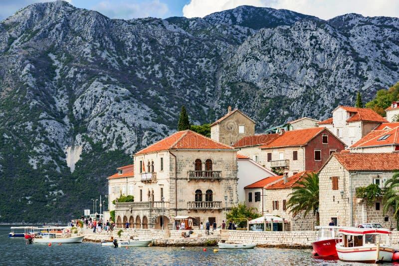 Vista da cidade de Perast em Montenegro imagens de stock royalty free