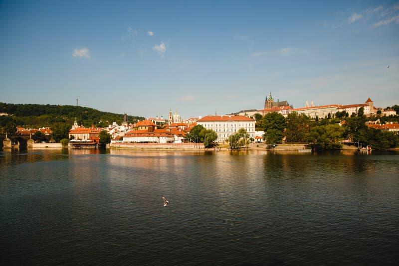 vista da cidade de Praga e do rio de Vltava, foto de stock