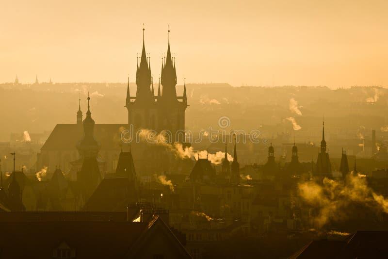 A vista da cidade de Praga eleva-se no nascer do sol enevoado da manhã foto de stock