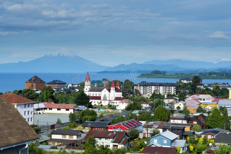Vista da cidade de Puerto Varas e lago Llanquihue e vulcão de Osorno (o Chile) imagem de stock royalty free