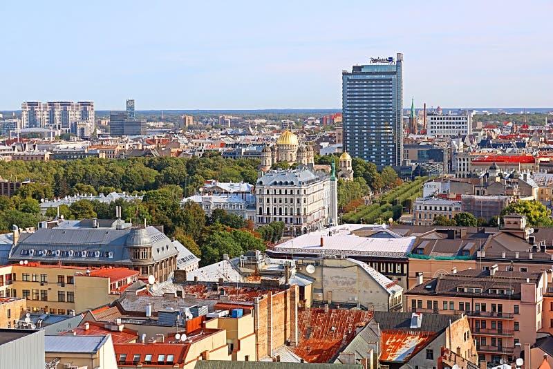 A vista da cidade de Riga - monumento da liberdade, a natividade da catedral de Cristo e Radisson Blu Latvija Conference & hotel  imagem de stock royalty free