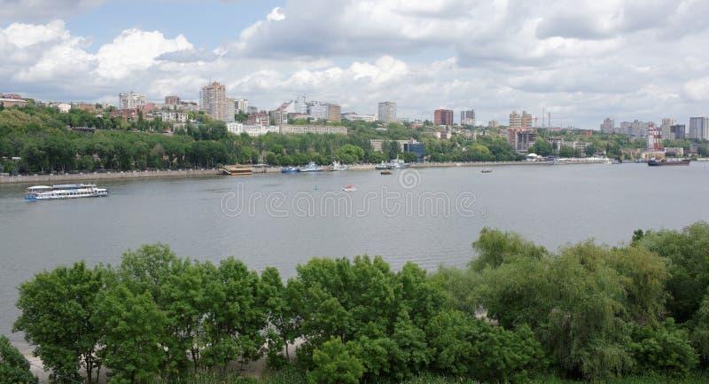 Vista da cidade de Rostov-On-Don do banco esquerdo do Don fotografia de stock