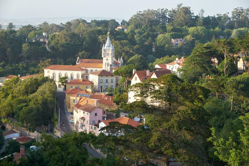 Vista da cidade de Sintra com construção feericamente da câmara municipal entre a máscara verde grossa das árvores portugal fotos de stock royalty free