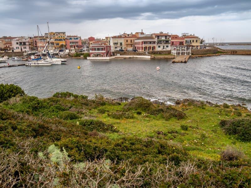 Vista da cidade de Stintino, ilha de Sardinia imagens de stock royalty free