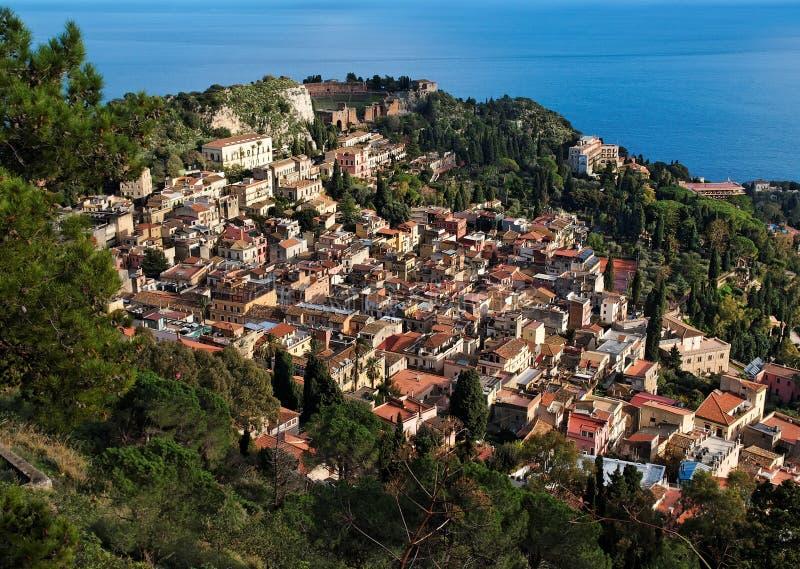 Vista da cidade de Taormina de Monte Tauro em Sicília fotografia de stock