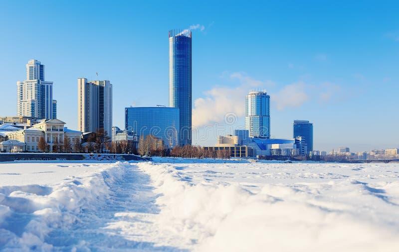 Vista da cidade de Yekaterinburg da terraplenagem do cais do quay Inverno Sun imagens de stock