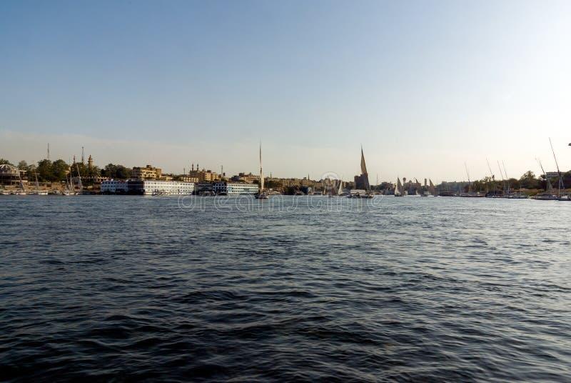 Vista da cidade do Cairo em Egito, do centro do Nile River, e barcos típicos fotografia de stock royalty free
