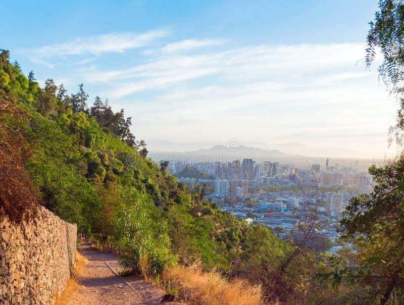 Vista da cidade do monte de San Cristobal, Santiago, o Chile Vista superior Copie o espaço para o texto fotos de stock