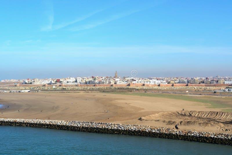 Vista da cidade do rio e da venda de Bouregreg do Kasbah do Udayas em Rabat, Marrocos, Afr foto de stock royalty free