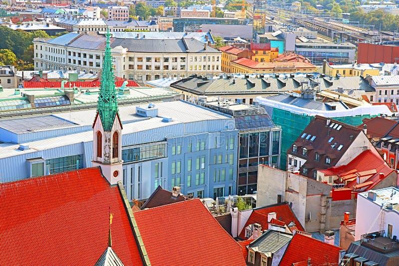 Vista da cidade e de St velhos John Church, Riga, Letónia imagem de stock