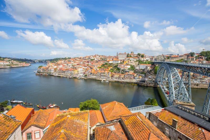 Vista da cidade histórica de Porto, Portugal com a ponte de Dom Luiz através do rio de Douro e dos barcos tradicionais do rabelo imagem de stock