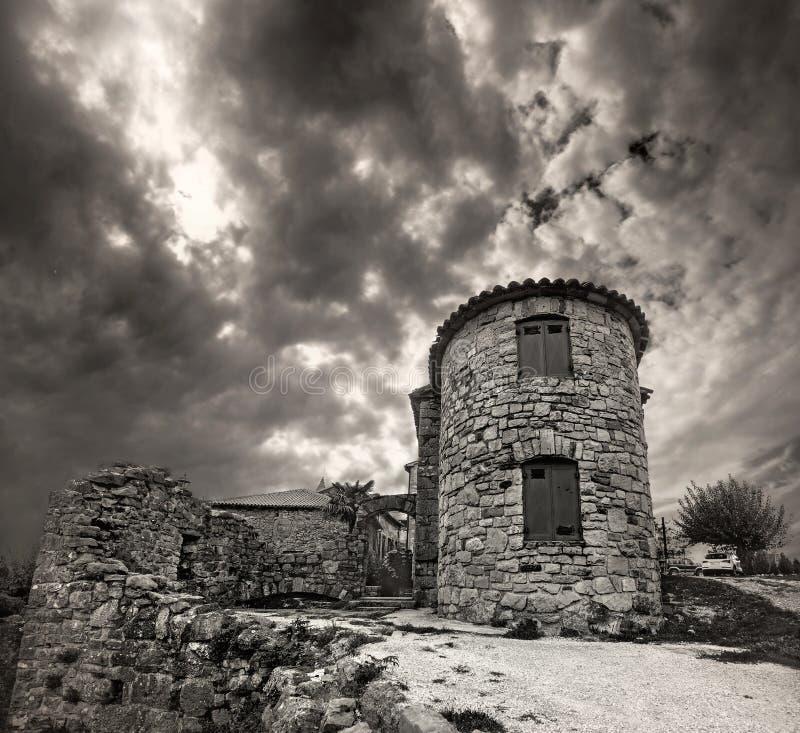 Vista da cidade a menor da cidade do zumbido no mundo Retrato preto e branco Istria, Croatia imagens de stock royalty free