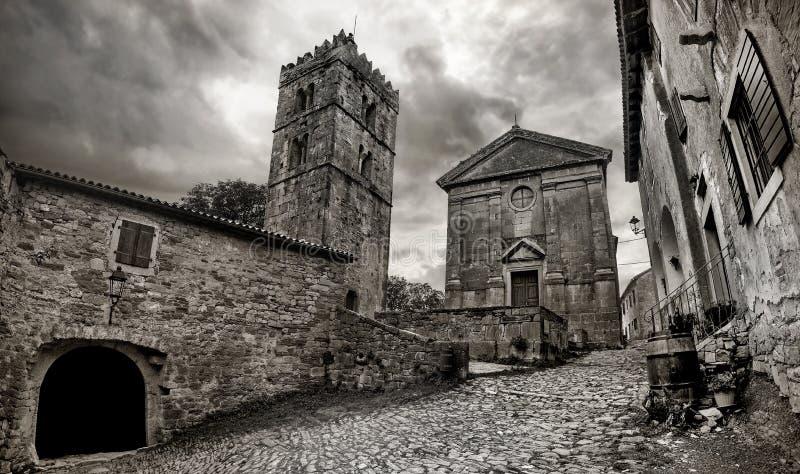 Vista da cidade a menor da cidade do zumbido no mundo Retrato preto e branco Istria, Croatia foto de stock