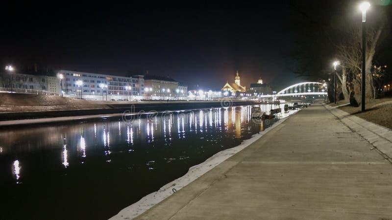 Vista da cidade na noite, Hungria de Gyor fotografia de stock royalty free