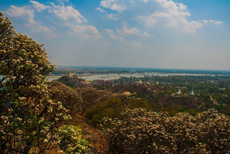 Vista da cidade pequena Sagaing, Myanmar fotos de stock royalty free