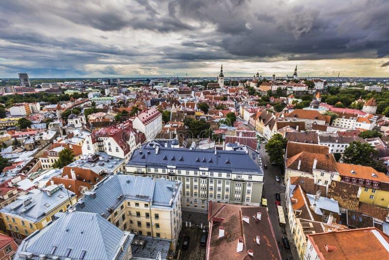 Vista da cidade velha com nuvens dramáticas Tallinn, Estônia, EUR imagem de stock