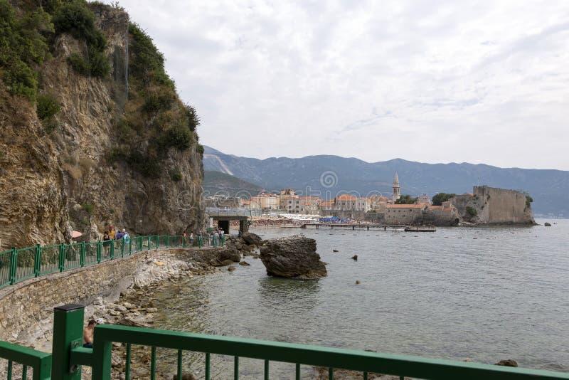 Vista da cidade velha de Budva do lado da praia Mogren, Montenegro imagens de stock