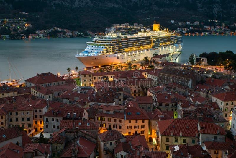 Vista da cidade velha em Kotor e em um navio de cruzeiros grande fotografia de stock