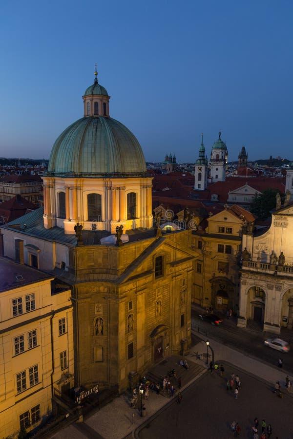 Vista da cidade velha em Praga na noite imagens de stock royalty free