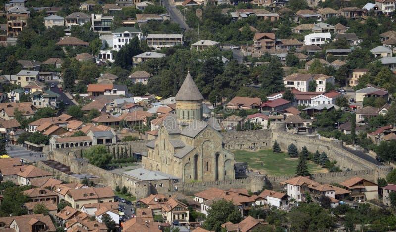 Vista da cidade velha Mtskheta e da catedral de Svetitskhoveli, Mtskheta, Geórgia imagens de stock