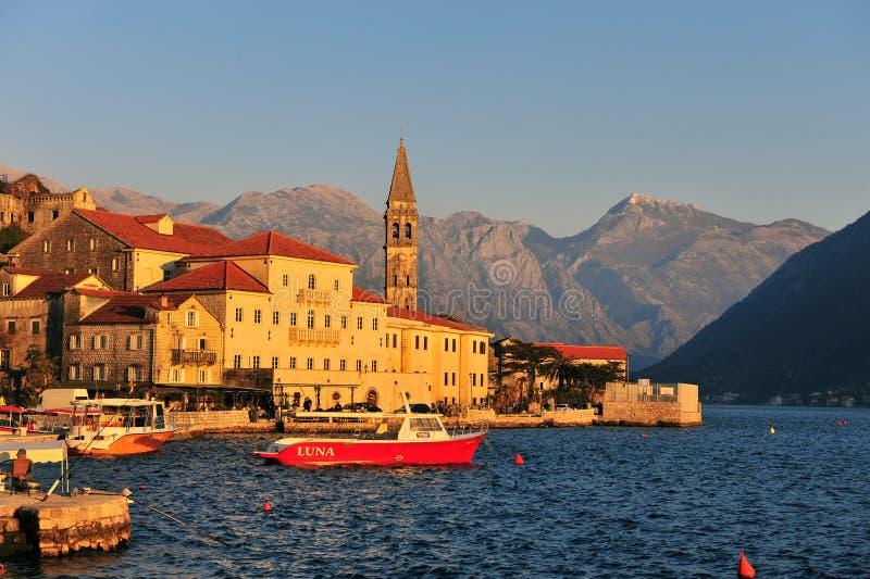 Vista da cidade velha no por do sol, Montenegro de Perast foto de stock