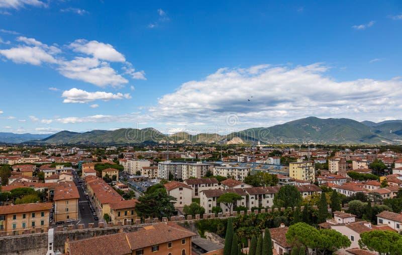 Vista da cidade velha da parte superior da torre inclinada famosa na cidade de Pisa, Itália foto de stock