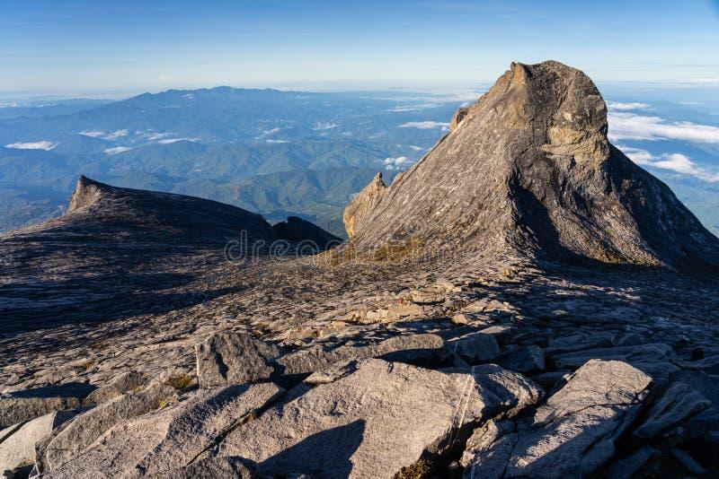 Vista da cimeira máxima do ponto baixo do maciço de Kinabalu na ilha de Bornéu, Sabah, Malásia imagens de stock
