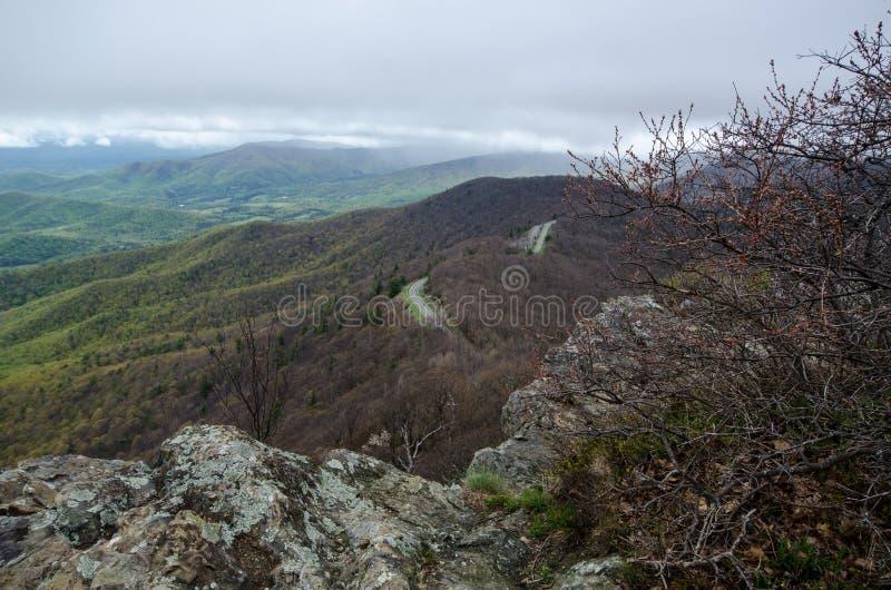 A vista da cimeira da montanha rochoso do homem, mostra a estrada da movimentação da skyline abaixo do parque nacional interno de foto de stock